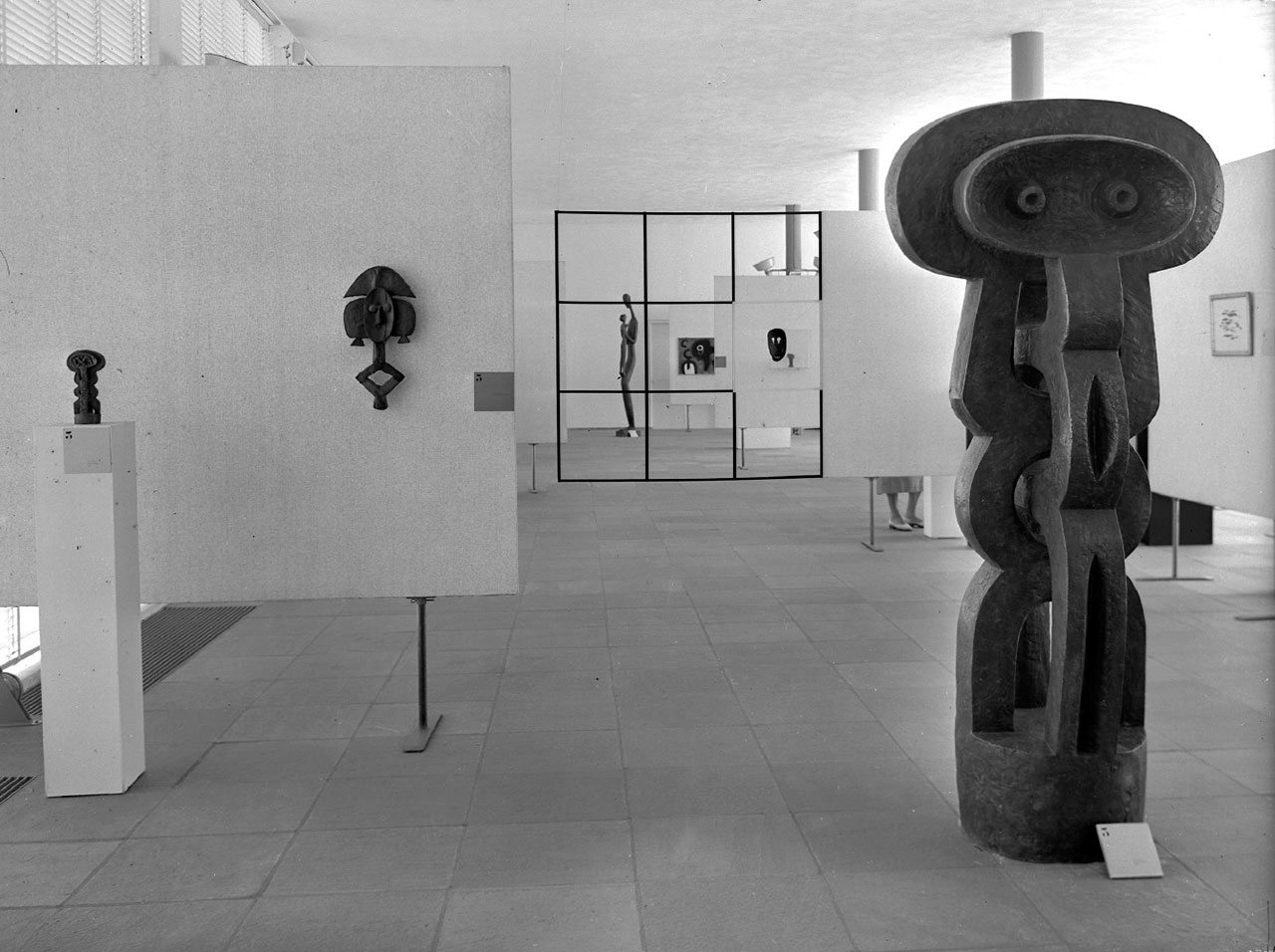 Fig 1. Installation view of exhibition Moderne Kunst Nieuw en Oud 1955.