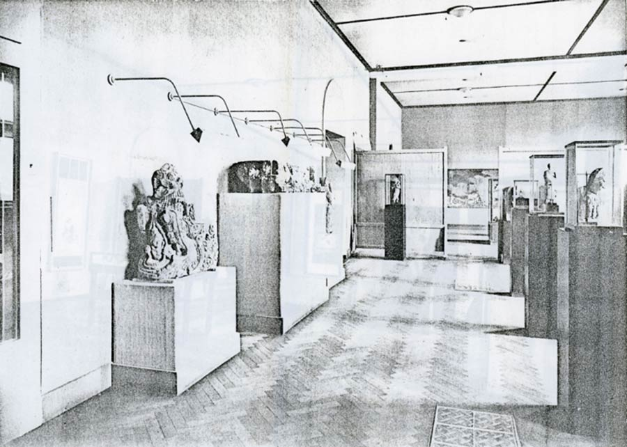 Museum for Asian Art in the garden room of the Stedelijk Museum, Amsterdam, in the foreground, left and right, l, respectively Hindu-Javanese stonework and a Javanese mask. Ill. from: Maandblad voor Beeldende Kunsten, June 1934.